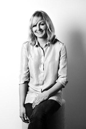 Karin Gustafsson verantwortet die Damenmode bei Cos. Die 1973 in Linköping geborene Schwedin betrieb eine eigene Modelinie und ist seit 2006 bei Cos.
