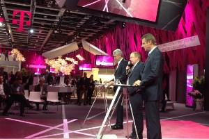 Niek Jan van Damme (rechts im Bild) bei der Vorstellung der Kooperation mit Spotify.