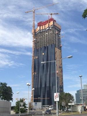 """Der """"DC Tower 1"""" wird in wenigen Tagen den """"Millennium Tower"""" (ohne Antennenaufbauten) als höchstes Gebäude Österreichs ablösen."""