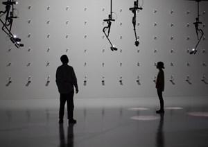 """Die Ars Electronica nimmt den Besucher ins Visier: Unablässig verfolgen die Überwachungskameras in Seiko Mikamis Installation """"Desire of Codes"""" im Lentos-Museum jede Bewegung der Betrachter."""