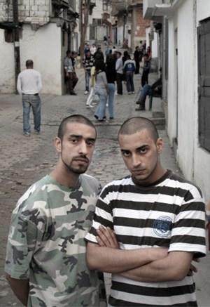 """Foto der Rapper-Brüder Kefaet und Selami Prizreni: zu sehen in der Schau """"Reclaiming Identity""""."""