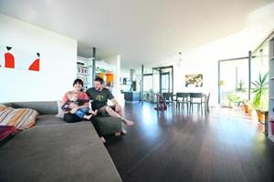 Judith Beck, ihr Lebensgefährte Ulrich Leitner und Sohnemann Janosch in ihrer Wohnung, die sich direkt auf den Baulichkeiten ihres Weinguts befindet.