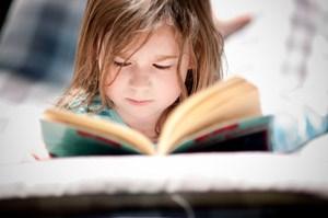 Kinder, denen vorgelesen wird, haben später bessere Schulnoten - nicht nur in Deutsch und unabhängig vom Bildungshintergrund der Eltern.