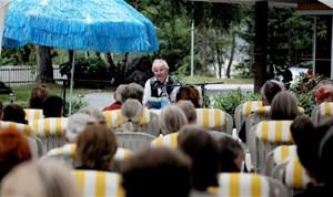Peter Bichsel im Garten des Hotels Regina Terme.Das nächste Internationale Literaturfestival Leukerbad findet von 5. bis 7. Juli 2013 statt. Von dort aus lässt sich ein großes Wandergebiet erschließen, zu Fuß oder mit den lokalen Bergbahnen. Die Gemmi-Bahnen fahren im Herbst bis 11. November - bei gutem Wetter ein Woche länger. Die Torrent-Bahnen sind bis 21. Oktober in Betrieb. Das Hospiz am Großen St. Bernhard ist ganzjährig geöffnet, die Passstraße ist von Oktober bis Mai gesperrt. In den Sommermonaten sind Bernhardiner im Hospiz, ansonsten können sie im Musée et Chiens du Saint-Bernard in Martigny besucht werden.