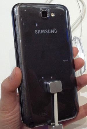 Das neue Smartphone misst 151,1 x 80,5 x 9,4 mm bei 180 Gramm