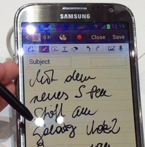 Die S-Pen-Funktion hat Samsung gegenüber dem ersten Note nochmals verbessert. Schreiben mit dem Stift funktioniert relativ natürlich, allerdings kommt es durch die leichte Verzögerung noch immer nicht an Stift und Papier heran.