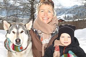 """Gudrun Pflüger mit ihrem kleinen Sohn und ihrem Wolfsmischling """"Nahanni""""."""