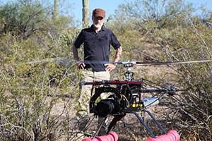 Der Regisseur, hier beim Dreh in Arizona, hat es geschafft der Biene mit hochentwickelter Kameratechnik ganz nah zu kommen.