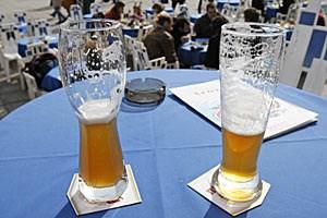 Es kommt nicht nur auf den Inhalt, sondern auch auf die Form an: In Weizenbiergläsern verschwindet die Flüssigkeit schneller als in geraden Gläsern. Grund ist eine optische Täuschung der Trinker.