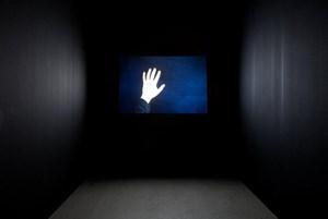 Navid Nuur lässt Licht Raumgrenzen überwinden.
