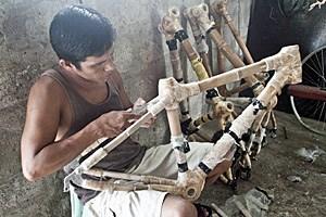 Räder der anderen Art: In einer Kleingemeinde auf den Philippinen stellen 20 Beschäftigte umweltfreundliche Bambus-Bikes her.