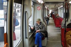 Zu Stoßzeiten sieht es in vielen Straßenbahngarnituren weniger bequem aus. Die Wiener Linien wollen durch weniger Sitzplätze mehr Raum schaffen.