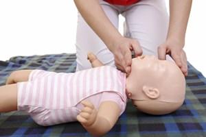In Kursen können Eltern lernen, wie man bei Kindern Erste Hilfe leistet.