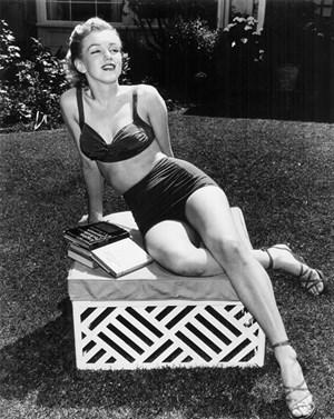 , Marilyn Monroe vor ihrem Lieblingsbungalow (Nr. 7).