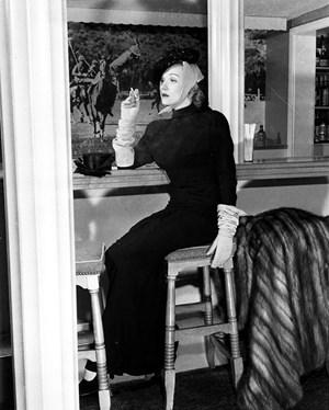 Marlene Dietrich in der Polo Lounge Bar des Hotels, wo sie sich gegen das Hosenverbot für Frauen auflehnte.