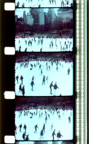 """Schlittschuhlaufen im Central Park: Aufnahmen aus Jonas Mekas'  Tagebuchfilm """"Walden""""."""