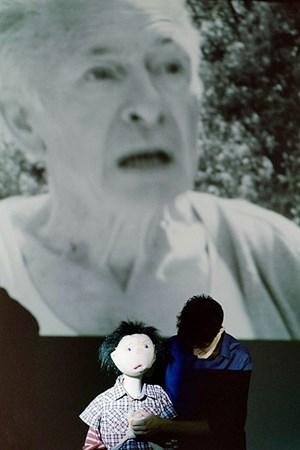 Der Großvater (Joachim Bissmeier) bleibt für den Buben (Puppe mit Puppenspieler Nikolaus Habjan) ungreifbar.