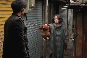 """Das Huhn landet im Kochtopf. Welches Schicksal Mann (Lee Jung-jin) und Frau (Cho Min-soo) verbindet, erzählt Siegerfilm """"Pieta"""" in teilweise drastischen Bildern."""