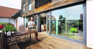 """Johannes Gutmann auf seiner Terrasse: """"Die haben gedacht, wir bauen eine Garage! Moderne Architektur auf dem Land hat sich noch nicht ganz herumgesprochen."""""""