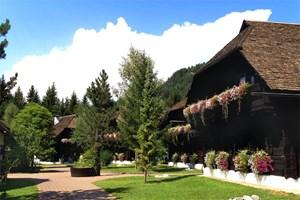 Alte Kärntner Bauernhäuser boten das Holz, aus dem Seeleitn am Faaker See errichtet wurde. Info: www.naturelhotels.com