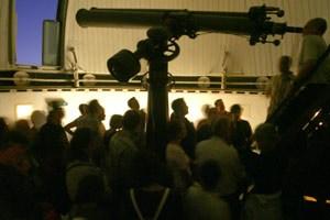 Die Sternwarte wird gemeinsam mit den Wiener Volkshochschulen betrieben, die laufend Führungen zu speziellen Themen anbieten.