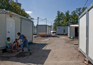 Nach einer Zwangsumsiedlung müssen bis zu sechs Menschen  in einem 16 Quadratmeter großen Container Platz finden.
