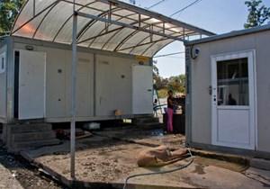 Die Leitungen der Sanitärcontainer in einem der Lager sind bereits seit zwei Jahren undicht.