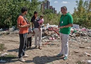 """Zenja von der NGO """"Praxis"""" sucht das Gespräch mit einer Familie in einer illegalen Siedlung."""