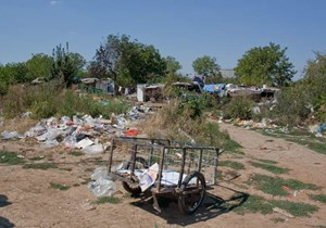 Die Hütten werden inmitten von Müll errichtet, Strom und Wasser gibt es nicht.