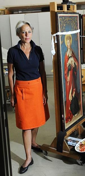 Die Konservatorin Gabriela Krist vor einem Holztafelgemälde der heiligen Agnes. Restauriert werden auch Metalle, Stein, Textilien.
