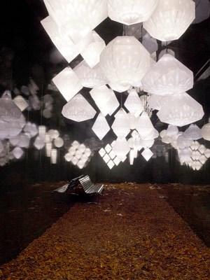 """Yves Béhar schuf den Kronleuchter """"Amplify"""". Der Designer nimmt einen Kristall, vergrößert ihn innerhalb einer Papierlaterne, in der dann verschiedene digitale Muster zu sehen sind."""