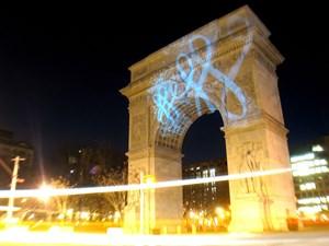 Nicht Paris, sondern New York: LED-Graffiti-Aktion des US-amerikanischen Künstlers Evan Roth (GRL) 2006 im  Washington Square Park.