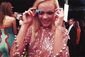 Modell mit Google-Brille.
