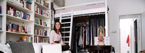 Vea Kaiser in ihrem Wohn-Schlaf-Schreibzimmer, in dem sie bis zu zehn Stunden an einem Stück durchschreibt.