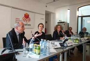 Sozialbau-Chef Herbert Ludl (li.) lobte das österreichische System der Objektförderung, CECODHAS-Geschäftsführerin Claire Roumet (2. v. li.) gleich das ganze heimische System.