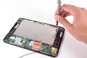 Man benötigt nur wenig Werkzeug, um den Kindle Fire HD auseinander zu nehmen.