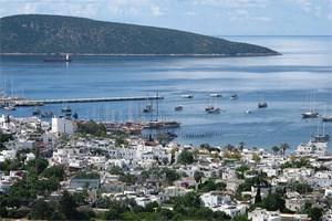 """Blick auf die Bucht von Bodrum Richtung Osten: Ausgangsort der """"Blauen Reise"""", des berühmten Segeltörns durch die türkische Ägäis."""