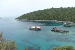 """Eine Woche """"Blaue Reise"""" kostet je nach Komfort zwischen 500 und 3000 Euro. Zu buchen bei Ufuk Gürdemir. Jedes Jahr in der dritten Oktoberwoche findet in Bodrum eine große Segelregatta statt. Ein Ausflug in den Nachbarort Gümüslük bietet sich für den Abend an: Essen im """"Aquarium"""", 15 Kilometer westlich von Bodrum, 30 Minuten Fahrzeit. Die berühmte Ausgrabungsstätte Ephesos mit Artemistempel ist von Bodrum in einer Stunde und 45 Minuten zu erreichen. Sehenswert ist ebenfalls das Ephesos-Museum in Selçuk."""