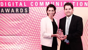 "Sarah Nettel, ÖBB-Pressesprecherin und Michael Schacherhofer, Leiter Social Media, empfingen den ""Digital Communication Award""."