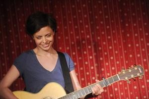 Clara Luzia spielt beim Elternabend auf - freilich akustisch.