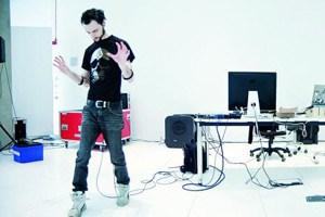Marco Donnarumma bei der Arbeit, die darin besteht, die Frequenzen von Muskelregungen für eine Komposition einzufangen, was eine eigene Choreografie erfordert.