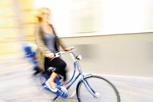Drei Viertel aller Österreicher sind regelmäßig auf Rädern unterwegs. Telefonieren während des Fahrens ohne Freisprechanlage soll verboten werden.