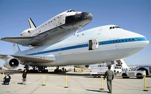 Eine modifizierte Boeing 747 brachte das Shuttle unbeschadet zur Erde.