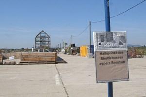 """Das """"Flederhaus"""" eines österreichischen Fertighausherstellers stand erst beim Museumsquartier, nun auf dem ehemaligen Flugfeld, das schon bald zur Seestadt werden soll."""