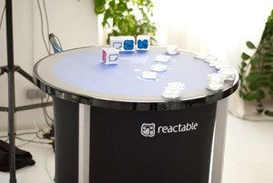 Der Tisch ist relativ kompakt, bietet aber trotzdem genug Platz, damit bis zu vier Leute daran arbeiten