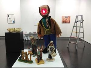 """""""Weary Willy-Collection"""" von Julien Bismuth. Der brachte auch seine beiden Galeristen für die Viennafair zusammen: Die in New York lebende Wienerin Simone Subal freut sich über die Heimkehr, Emanuel Layr über einen der beiden Galeriepreise der Wirtschaftskammer (ebenso mit 5000 Euro ausgezeichnet: Galerist Hubert Winter)."""