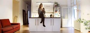"""""""Ich mag Altbauten. Ich mag es, zu spüren, dass eine Wohnung Geschichte trägt."""" Schauspielerin Sabrina Reiter mit Kater Joko in ihrer WG in Wien-Mariahilf."""