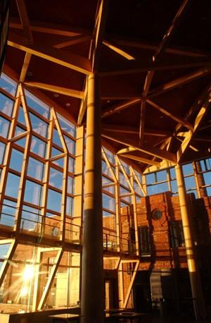 Die Holzarchitektur im Inneren der Sibelius Hall.