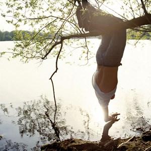 """Schwebend über einem sonnenbeschienenen See im Sommer: Sascha Weidner fügt der Schönheit von Momenten noch ungewöhnliche Perspektiven hinzu wie hier im Bild """"Loch II"""" (2012)."""