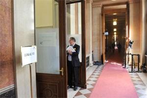 Neo-Vorsitzender Walter Rosenkranz allein im Hohen Haus: Drei von vier Zeugen ließen den U-Ausschuss am Mittwoch sitzen. Nur Thomas Landgraf, Ex-Sprecher von Werner Faymann, kam, um zur Inseratenaffäre rund um den Kanzler auszusagen.